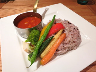 ビストロカフェ レディース&ジェントルメン - トマトとオニオンのスパイシーカレー 旬の素揚げ野菜を添えて
