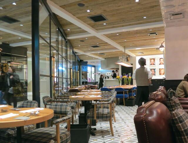 ビストロカフェ レディース&ジェントルメン - 綺麗な店内、良いですね