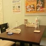 マナ キッチン - テーブル席♪