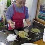 そば焼 いりちゃん - 予め油を回したソバと、パラパラに凍らせたメシ粒を鉄板に広げて(撮影ご了解)。