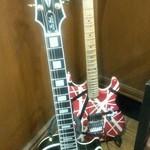 薩摩 - お店の奥には店主のギターがあります