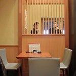 沙伽羅 - 店内のテーブル席の風景です