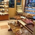 パン樹 久遠 - 店内には、イートインスペース有。