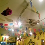 メキシカンフード ドスマノス - めっちゃカラフルな店内