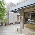 Cafe 傳 - 右側にケーキ屋