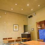 Cafe 傳 - 内観 筒状のガラス部からの採光とか良い感じ