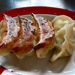 しんざん - 焼き餃子(1個食べました・・・)