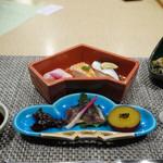 季一遊 - 三色寿司 小肌 車海老 赤蕪                                      秋刀魚燻製炙り 丸十 はじかみ