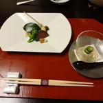 16704722 - (右)大豆茶巾寄せ 花大倉美味出し (左)鮟鱇煮凍り 蝦夷鹿肉たたき、 銀杏 むかご 天豆 カブ ズッキーニ炙り、青野菜浸し