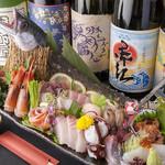 べんがら酒場 - 地元の市場を中心に新鮮な魚をぜいたくに使う『刺身盛り合わせ』