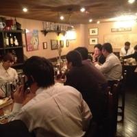 R30の酒と洋食 ぶると味 - クラシカルで暖かみのある空間。