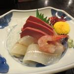 須坂屋そば 新潟駅前店 - 刺身三種盛り(南蛮エビは、ひとつ食べてしまいました)