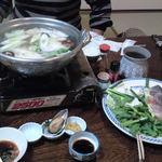 観光旅館 美奈都 - 料理写真:晩ごはんは魚(カワハギとか)の鍋に、刺身と年越しそばがついていました。