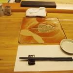 美喜鮨 - 陶板がカウンターに嵌めこまれている