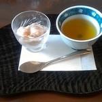 アンズカフェ - 本日のデザートと、生姜のお茶。