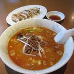 中国料理 百楽 - 四川担々麺¥700&餃子¥300の半額¥150