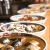 季楽家 - 料理写真:カウンターで大皿料理を酒の肴としてつまむ常連客や、おひとりで夜定食を食べるお客様でにぎわっています。
