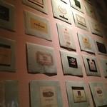 OSTERIA L'AURA - ラベルがたくさん飾ってあります。 オシャレ♪