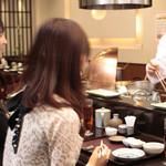 天ぷら ひさご - カウンター席は、目の前から揚げたてを1品ずつお出しいたします。