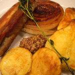 ビストロ クロシェット - 豚三枚肉のコンフィ 付け合せはフライパンで一緒に焼いた玉ねぎとジャガイモ