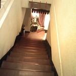 ガネー舎 - 店へ降りる階段