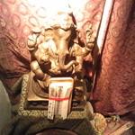 ガネー舎 - 店入口にある「インドの神様」