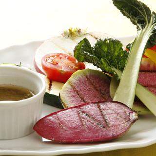 契約農家から仕入れる採れたて新鮮野菜を使用しております。