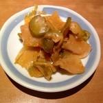 錦珍楼点心舗 - 生ビールにサービスの搾菜です。