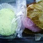 奥の細道 梅花堂 - 料理写真:桜餅とうぐいす餅