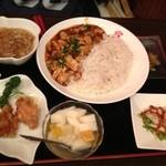 Suirouhonkan - 麻婆豆腐丼と唐揚げ  フカヒレスープ 小皿でバンバンジーと杏仁豆腐
