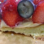 プレヴェール - (pq◕ω◕๑)) ベリーのタルト5号:イチゴが美味しい!カスタードクリームも美味しい♬('13.01月にて)