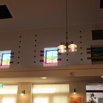 シャトー弥山 - 店内の上部を彩るステンドグラス