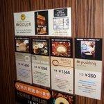 8G shinsaibashi - 店内にはチェーン店の案内や8Gロールの案内が貼ってあります。