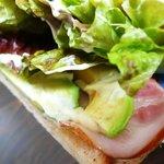 カフェ ル バン ベール - アボカドとベーコンのサンドイッチ