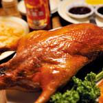 中国茶房8 - 料理写真:料理人が目の前で北京ダックをさばきます。スープ&炒め物もついて1羽 3980円(ダックの総重量2000g!)。