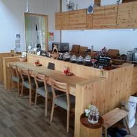 ログカフェ スノードーム - 常連さんが集まるカウンター席です。
