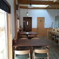 ログカフェ スノードーム - 1階には4人掛けのテーブル席が2つあります。