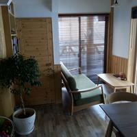 ログカフェ スノードーム - カップルさんに人気の1階ソファー席です。ゆっくりお過ごしください。