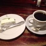 16766843 - レアチーズケーキとコーヒー