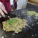 そば焼 いりちゃん - 仕上げに小葱をパラリ。