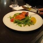 フォートナムアンドメイソン コンセプトショップ ティーショップ - グリーンカレーの前菜のスモークサーモンサラダ