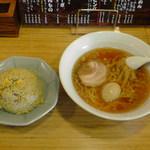 16779607 - 醤油らーめん580円(ネギ・ワカメ抜)+煮玉子100円、セット半チャーハン100円