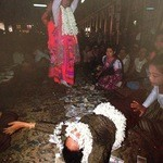 ノング インレイ - 3回目2013年1月12日 「ミャンマーの憧憬」 お金持ちが床にお金をばらまいている。