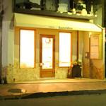 ヴォーノミイナ加藤 - 夜は静かな通りに、黄色い屋根が目印です。