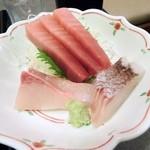 和膳処 くぼ多 - お刺身は、3徹盛合せ。 中とろ、真鯛、はまち。