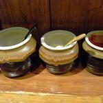 笑の家 - 卓上の調味料(左からすりおろしニンニク、すりおろし生姜、豆板醤)