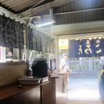 高知屋 - 外は炎天下、なかはひんやり涼しい風が抜ける浜近くの店