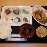 食菜館 - 料理写真:A・B定食はこんなイメージです。(メイン料理と6品料理)
