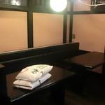 和レー屋 南船場ゴヤクラ - 今はまだウェイティング用のテーブル席