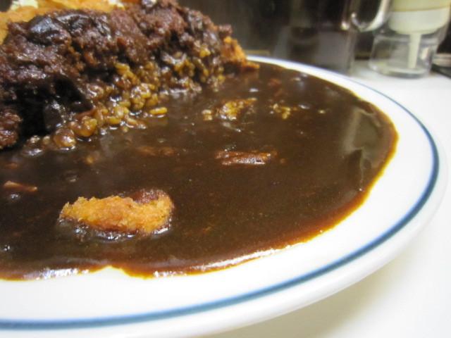 キッチン南海 神保町店 - 大きめのお皿にたっぷりのカレールー。  サラッとした濃厚でスパイシー。  ジワっと辛味も後からしっかりやってきます。